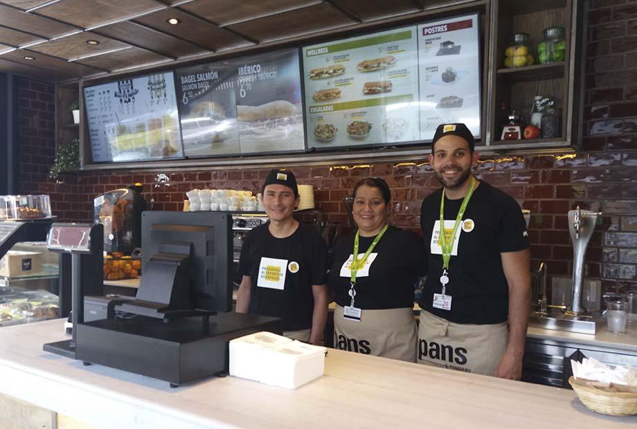 Interior de la Franquicia Café Pans en Barajas - Imagen de los empleados